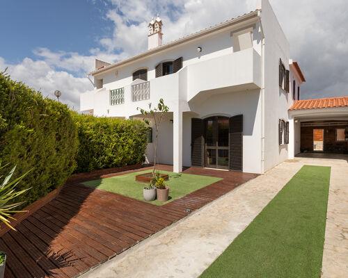 Villa avec de bons quartiers à Altura, Bela Praia.
