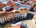 Conjunto de dois edifícios habitacionais e de serviços, no centro de S. B. Messines