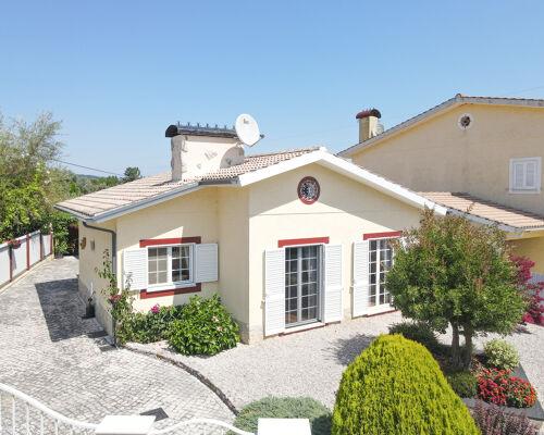 Villa de plain-pied 3 chambres en très bon état avec balcon et jardin dans un endroit calme à 15 min. de Coimbra