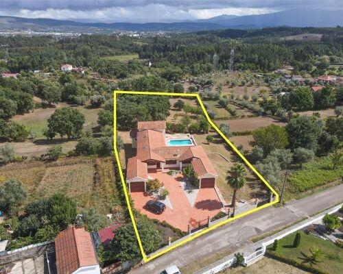 Moradia T5 com piscina, terraço, garagens, jardim e vistas panorâmicas numa localização sossegada a 5min de vila