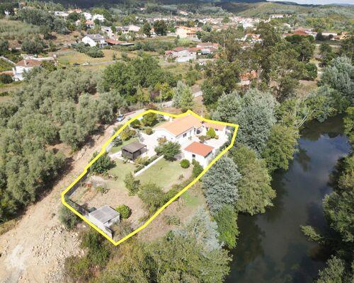 Moradia térrea renovada recentemente com anexos, num local único à beira rio perto da Lousã
