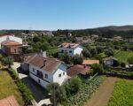 Moradia T4 habitável com pátio, varanda, adega, arrumos, quintal e  terreno numa localização sossegada perto da vila