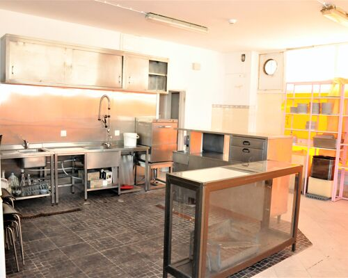 Commercial space with excellent location in Alto de Santa Catarina (Linda-a-Velha) for shop, services or catering (takeaway)