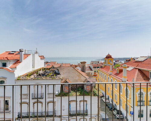 Luxury 4 bedrooms apartment in prestige area in Lisbon, city center. With 2 parking place, balconies and terrace