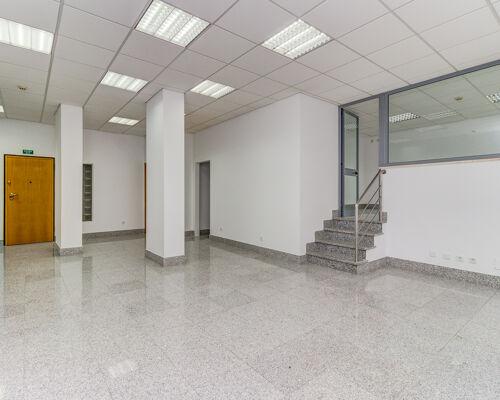 Loja para arrendamento com 160m2 divididos em 2 andares. Ao nível do passeio 60m2 com wc e um gabinete com uma parede de vidro com espelho translucido.