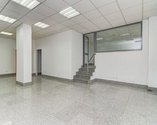 Loja para venda com 160m2 divididos em 2 andares. Ao nível do passeio 60m2 com wc e um gabinete com uma parede de vidro com espelho translucido.