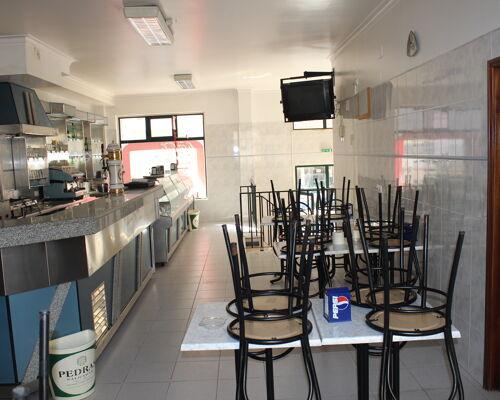 Loja para qualquer ramo, preparada como Café Snack Bar, em S. João da Talha / Sta Iria da Azóia
